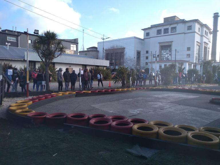 Frente a la Usina 9 de Julio, los jóvenes aguardan el ingreso a la pista de kartings
