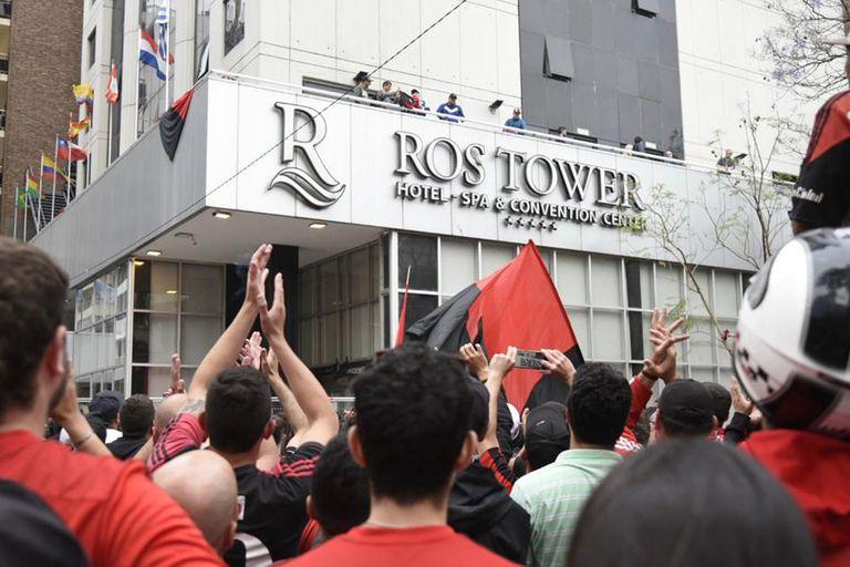 Así recibió Rosario a Maradona: cientos de hinchas a las puertas del hotel