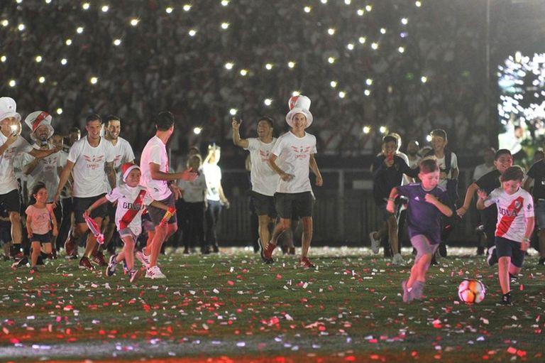 El hijo de Milton Casco, Gianluca (con la remera violeta de River, a la derecha de la imagen) en el momento de la fallida recreación del gol del Pity a Boca