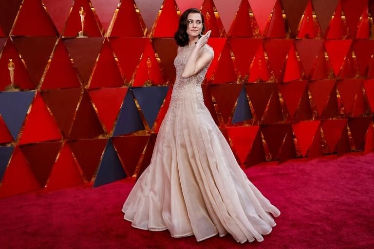 La actriz Allison Williams lució un vestido vaporoso color nude