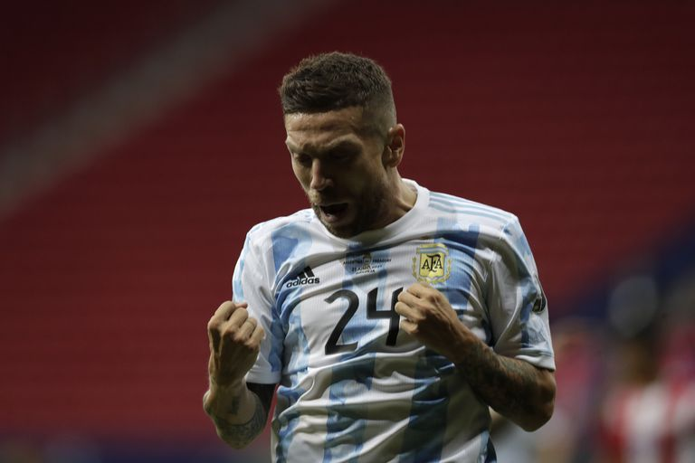 Papu Gómez celebra tras anotar el gol contra Paraguay: fue su segundo festejo en la selección, en apenas seis partidos.