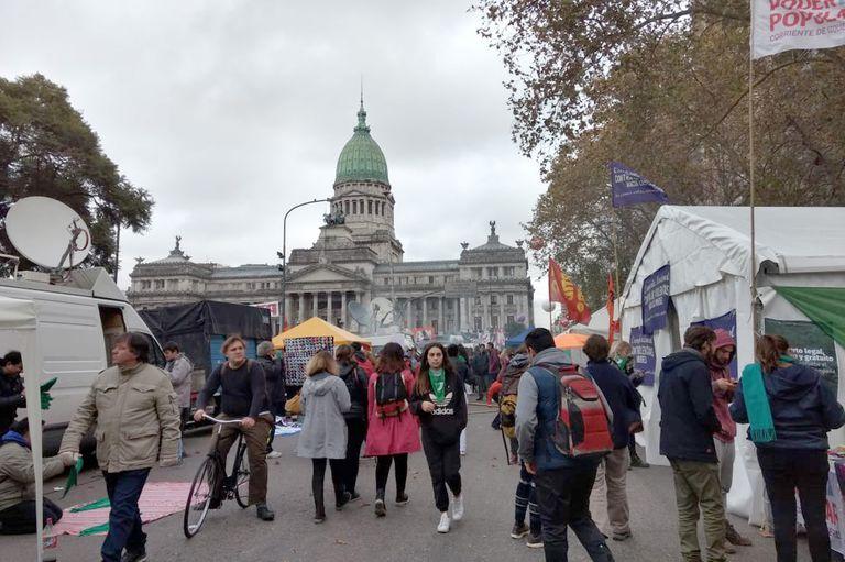 Aborto: el debate se vive en las calles, donde los militantes esperan resultados