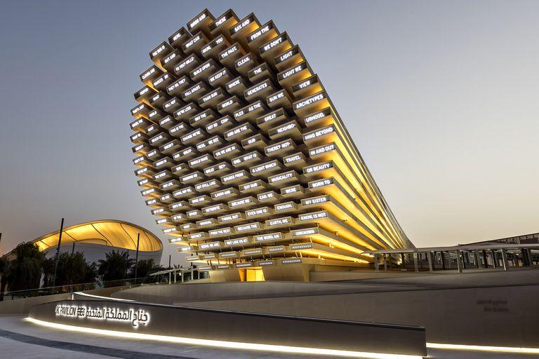El Pabellón de los Poemas, en Dubái, genera un verso por minuto a partir de las palabras que le indican sus visitantes