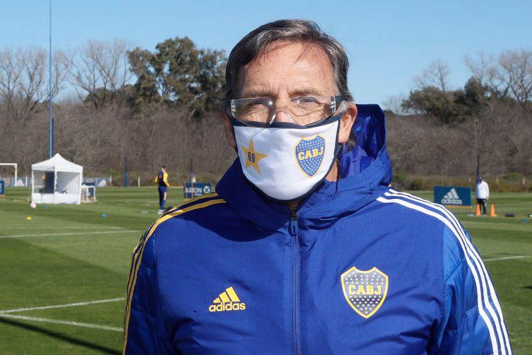 Miguel Angel Russo, con 64 años, está dentro del grupo de riesgo; por eso el DT de Boca miró la práctica xeneize a distancia