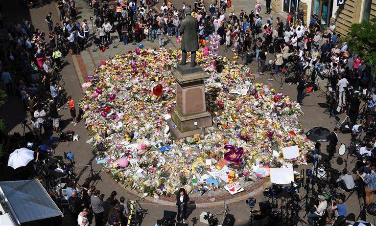 Los homenajes a las víctimas del ataque continuaron ayer en Manchester