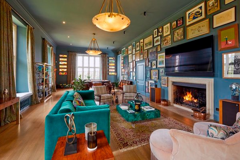 El living de la mansión de Wiltshire que Robbie Williams pone a la venta