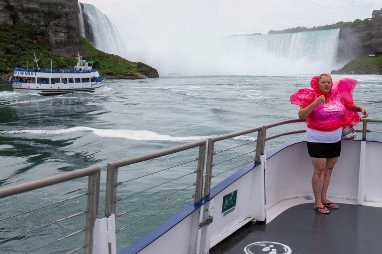 Una foto en soledad: la comodidad de los turistas que zarparon desde Canadá por el coronavirus, contrasta con la excursión masiva que partió desde Estados Unidos