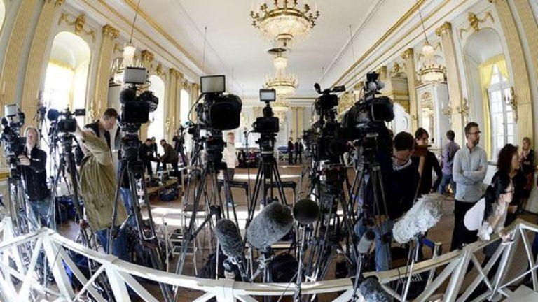 Así esperaban los periodistas el anuncio del Nobel de Literatura de 2015, en el edificio donde sesiona la Academia Sueca en Estocolmo.