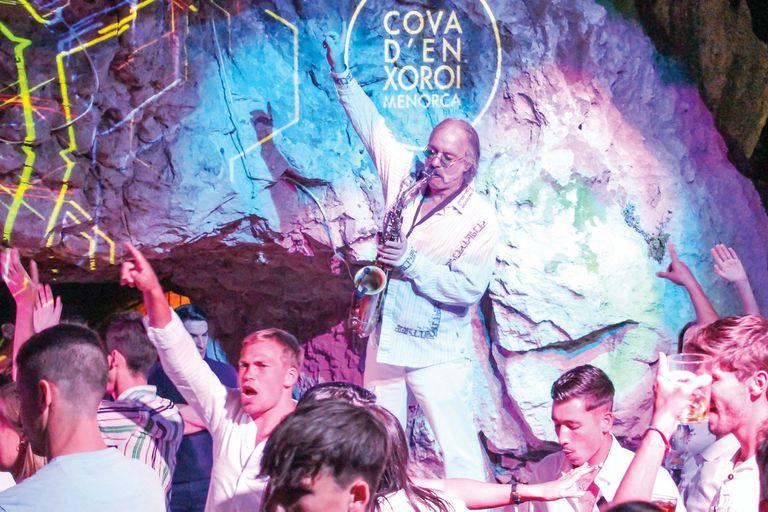 Saxofonista y productor, vive en la isla de Menorca desde hace unos veinte años
