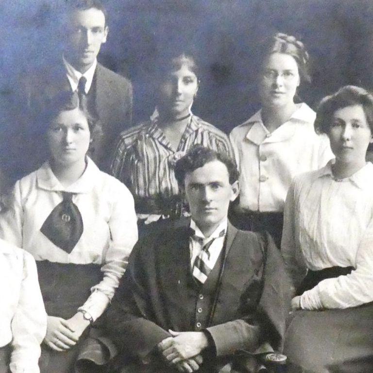 Dorothy Bonarjee (con camisa de rayas) fue la primera estudiante extranjera y la primera mujer que triunfó en el Eisteddfod universitario
