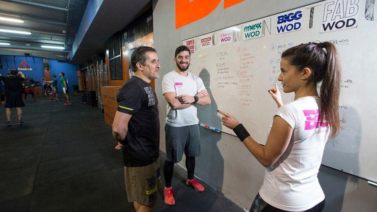 Paula Pérez y Gustavo Giambruni definen la rutina que van a realizar junto al coach Daniel Falcone
