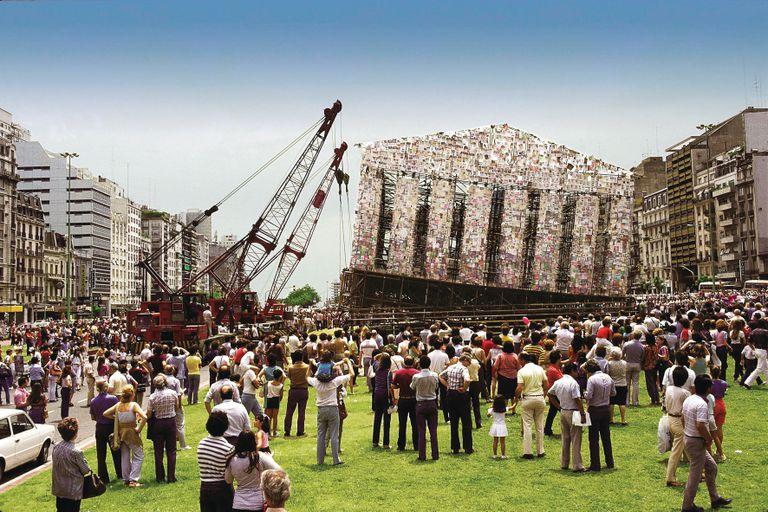 En 1983, para celebrar la vuelta de la democracia, expuso en la 9 de Julio su primer Partenón de libros prohibidos