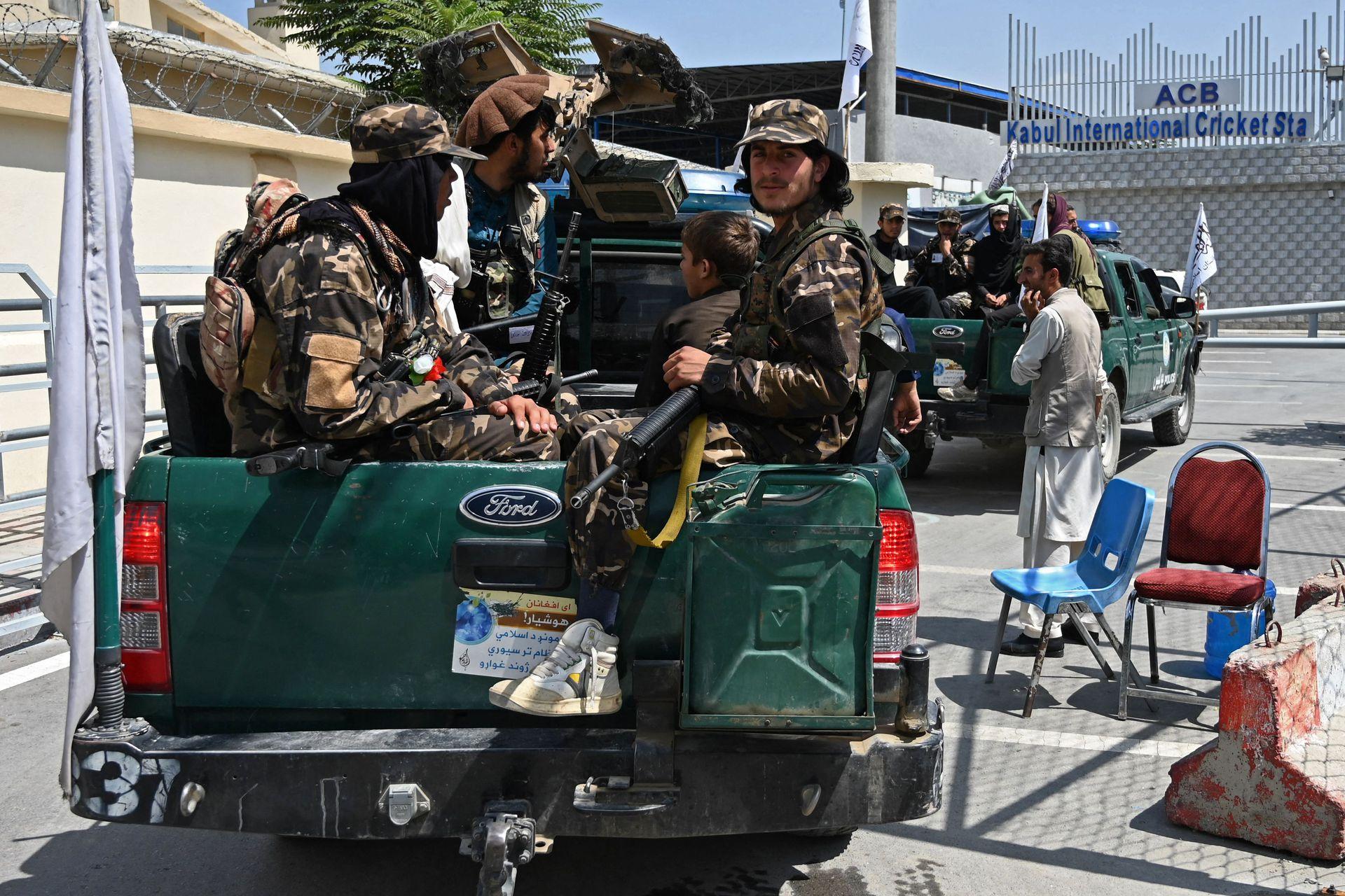 Milicianos talibanes patrullan los alrededores del Estadio Nacional de Criquet en Kabul