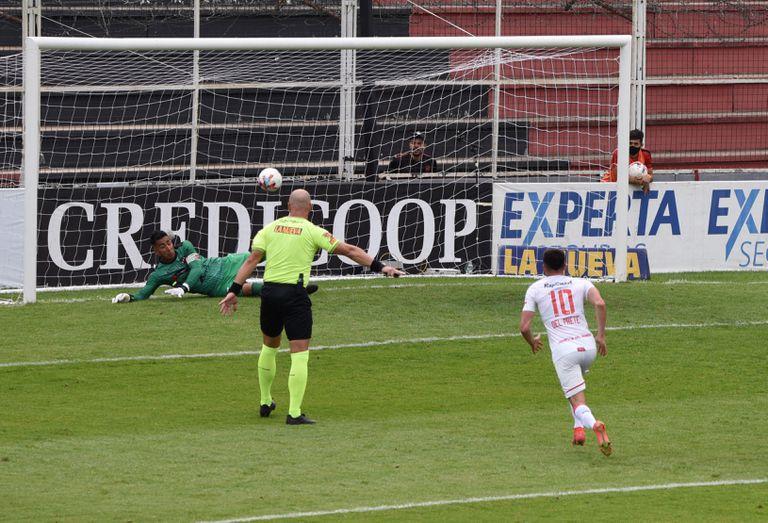Estudiantes ganó sin merecerlo: la oontroversia por el segundo tanto y el gol que erró Pellegrini