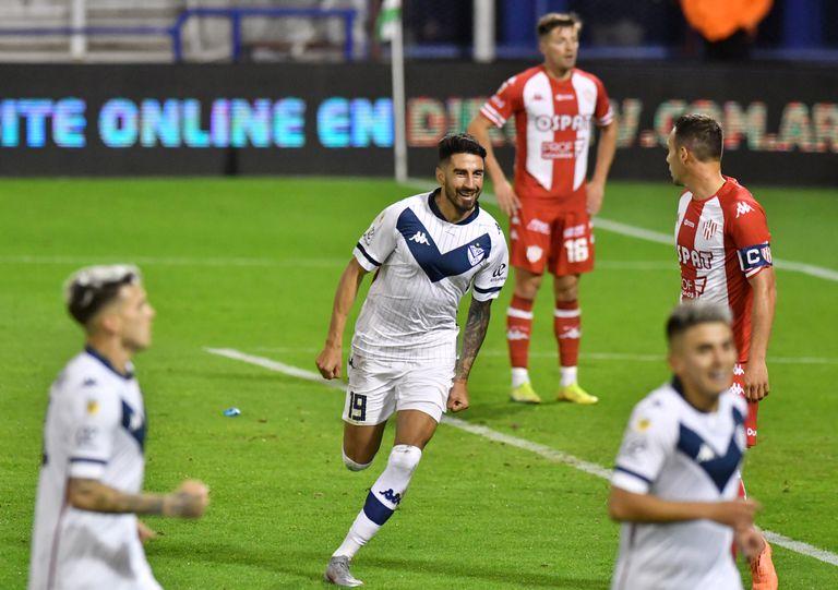 Juan Manuel Lucero festeja su gol tras recibir el centro de Guidara; Vélez se floreó en Liniers ante Unión de Santa Fe