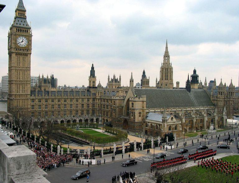 El paso del cortejo de la reina madre frente al Parlamento británico