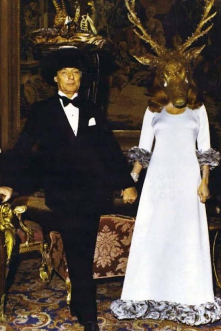 Guy y Marie-Hélène Rothschild esperaban a los invitados en el salón principal con sus propios atavíos en la cabeza: él, una naturaleza muerta y ella, una cara de reno que lloraba lágrimas de diamantes