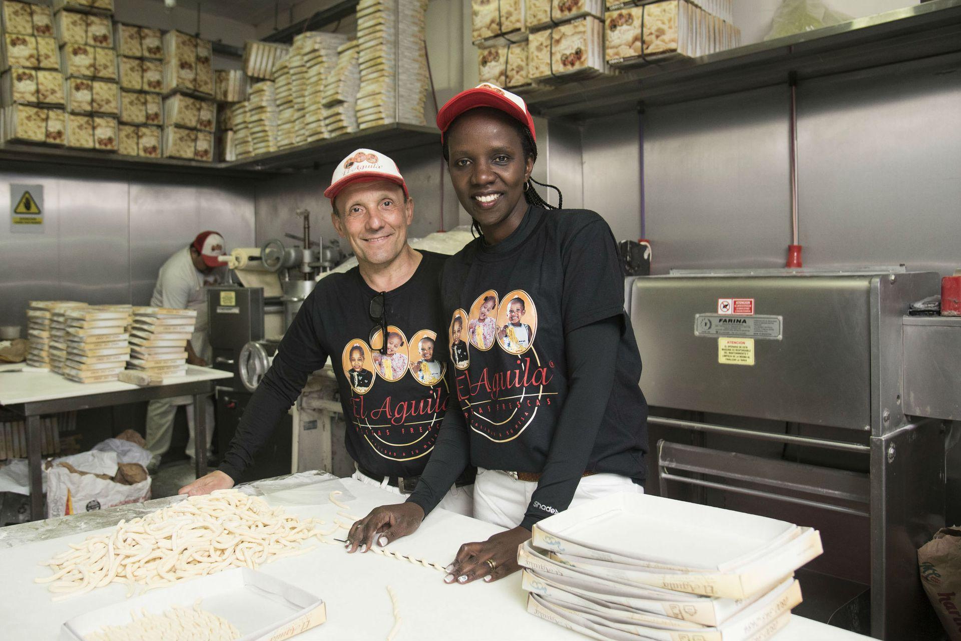 Therese y Jorge trabajan juntos en la fábrica de pastas