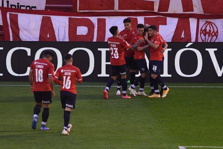 Todos los saludos para Soñora, autor del único gol de la tarde