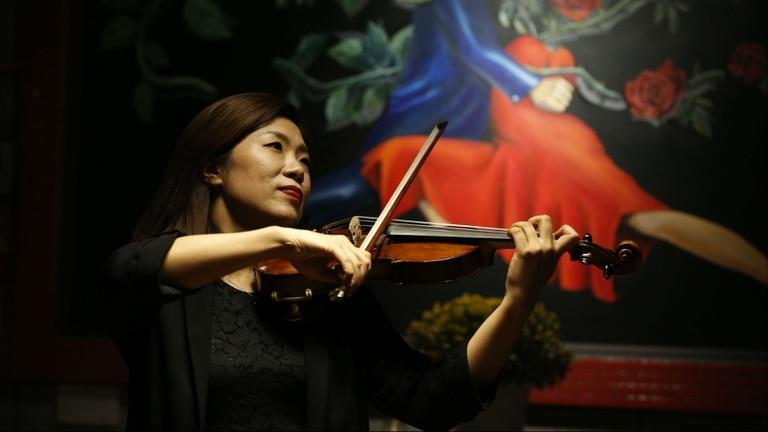 Cristina Um toca el violín en Corea
