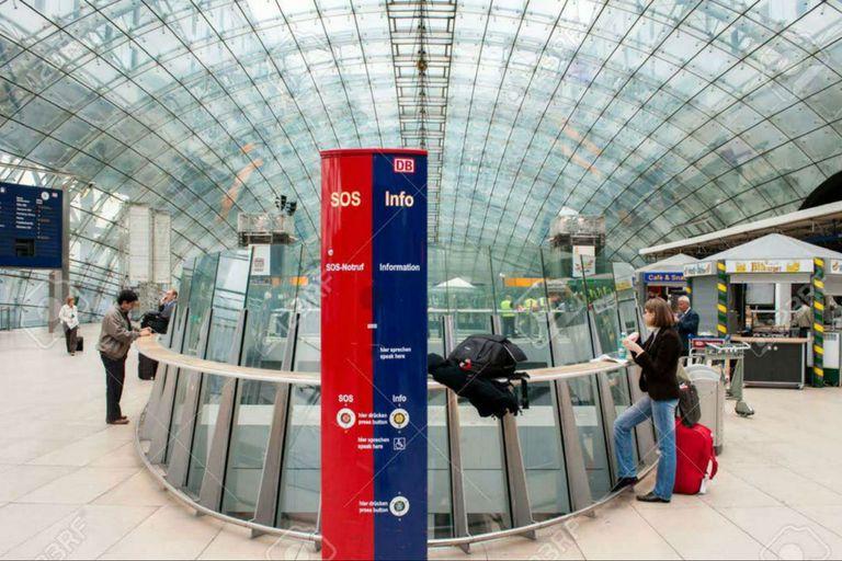 Los tótem digitales que se encuentran en todas las estaciones de tren de Berlín podrían llegar a la red porteña de subte