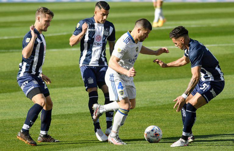 Marcelo Weigandt, lateral derecho de Boca, ante tres rivales de Talleres