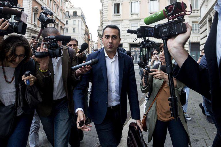 Cottarelli demora en elegir nombres y resucita la idea de un gobierno populista