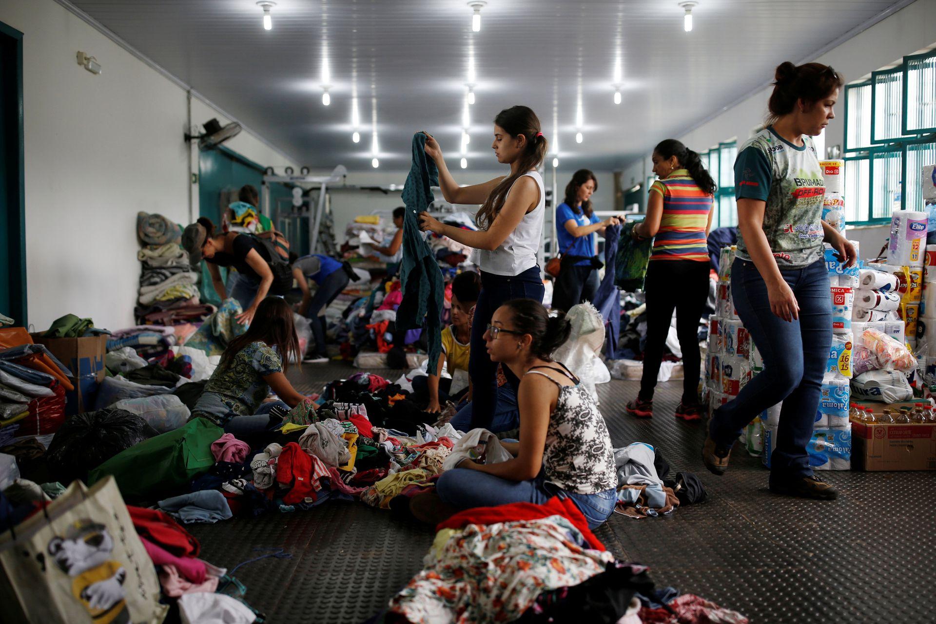 Voluntarios preparan donaciones para los vecinos afectados por el alud