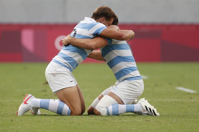 Santiago Mare y Santiago Álvarez, en un abrazo interminable