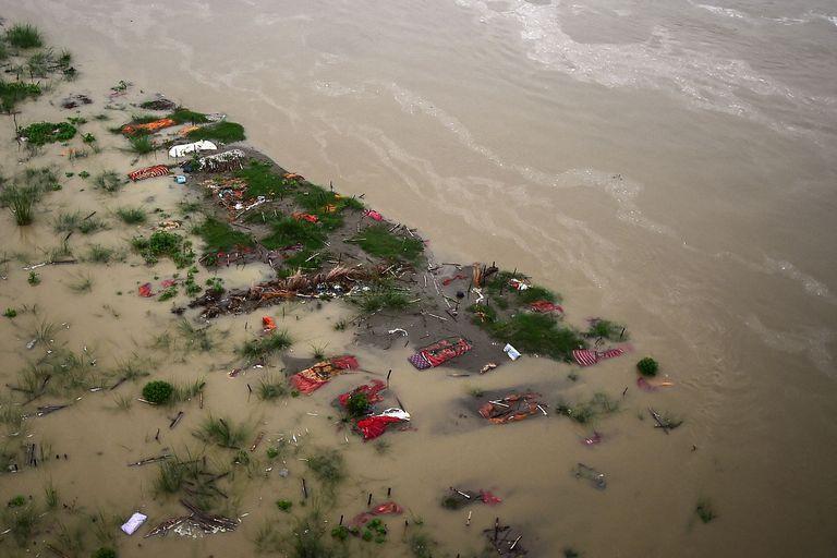 Cientos de cadáveres de víctimas del Covid resurgen por la creciente del río Ganges