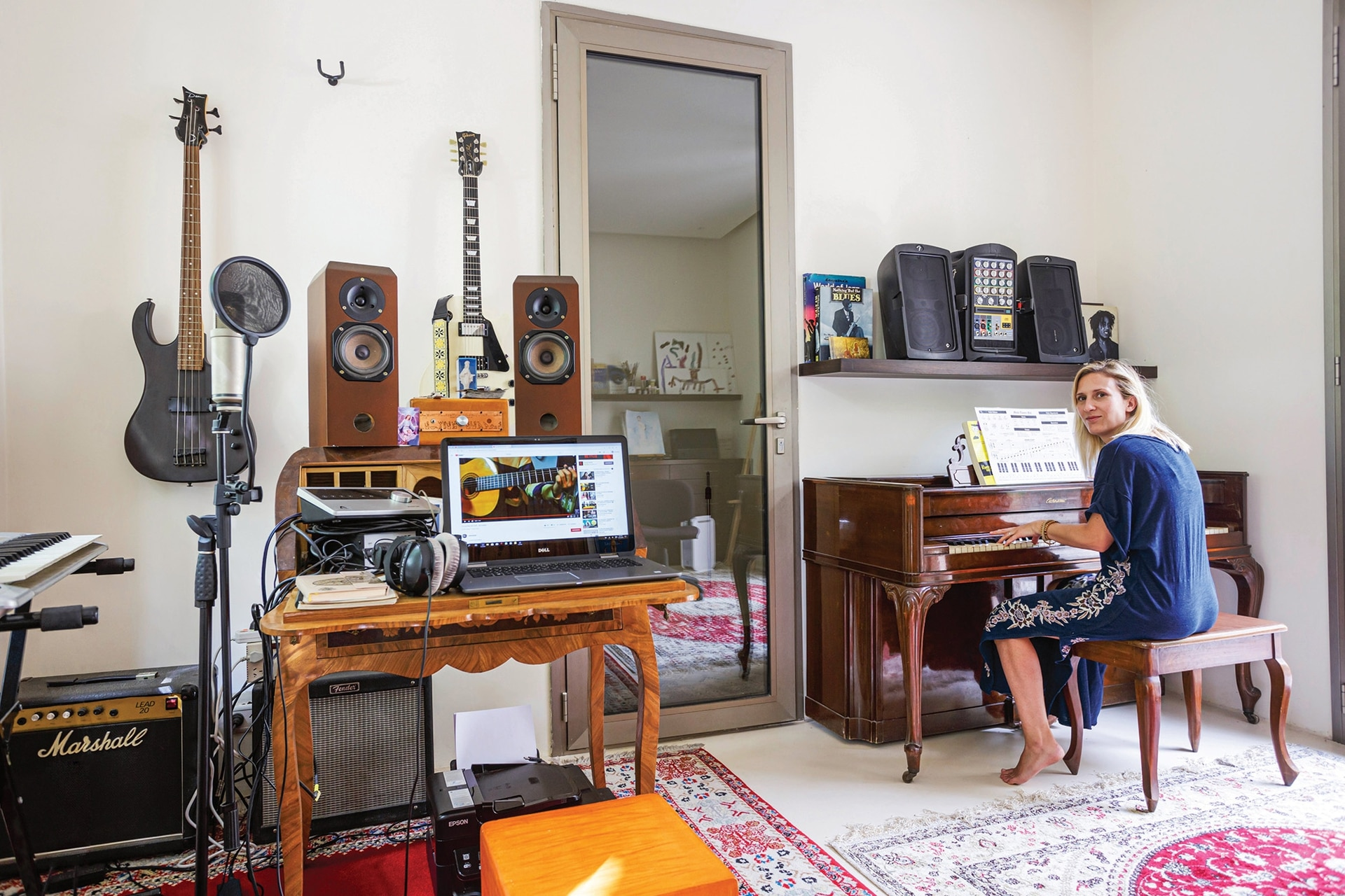 Victoria es música, cantante y compositora.