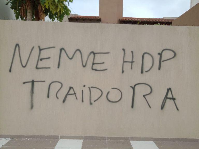 El exterior de la casa de Gabriela Neme fue pintado con insultos hacia la concejala peronista