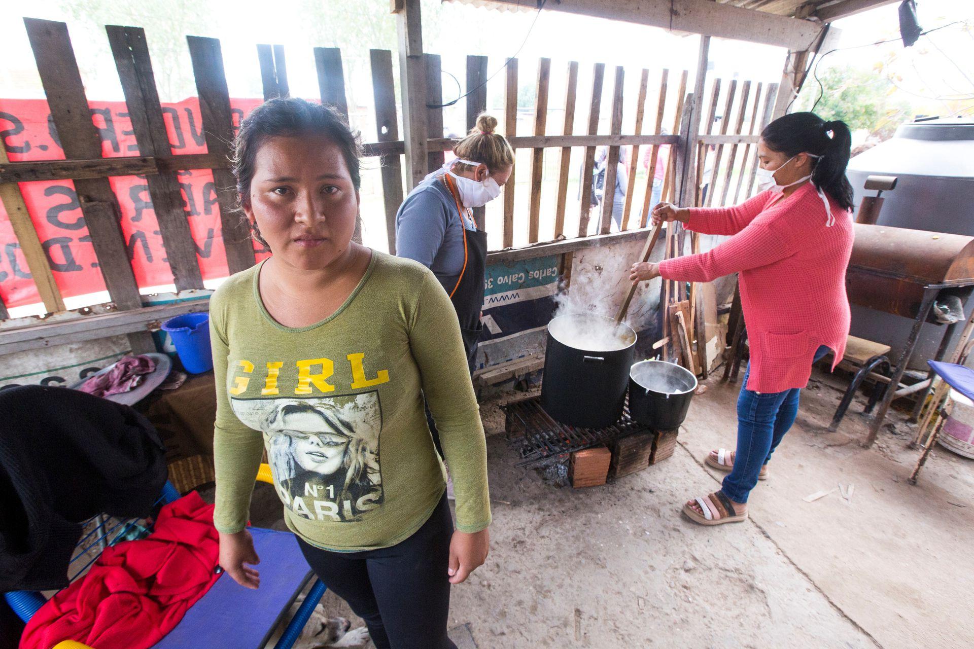 Atrás, Marta Meléndez, de 40 años. Ella colabora en el merendero Señor de los Milagros, en el barrio Cuartel V, en Moreno