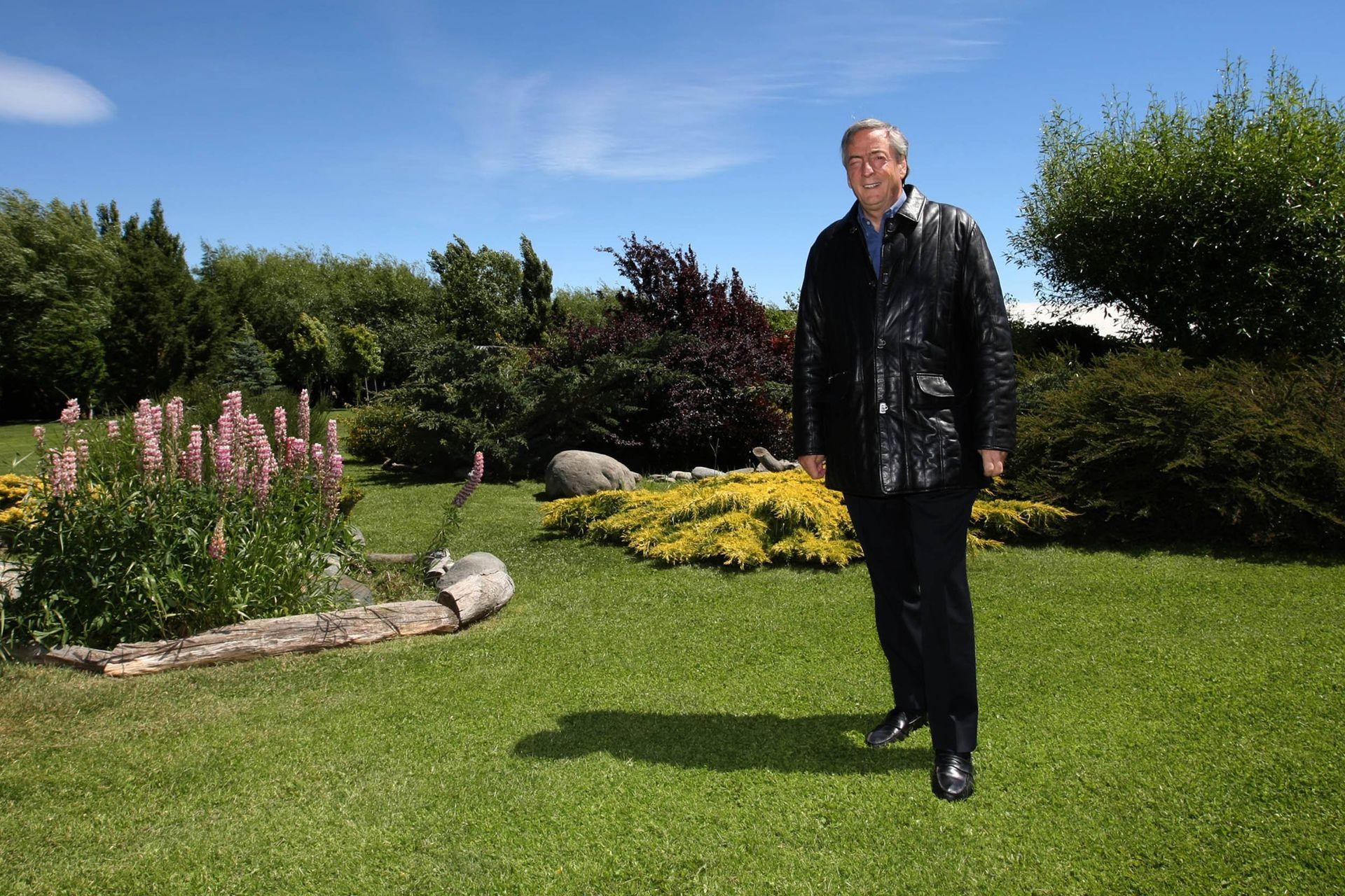 Néstor Kirchner en el jardín de su residencia en El Calafate