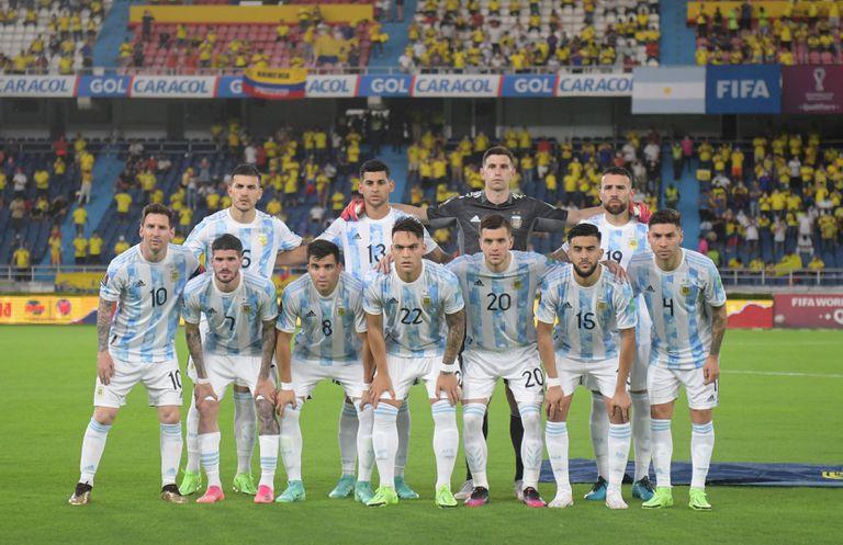 Los jugadores de Argentina posan para una foto de equipo antes del partido de fútbol de clasificación sudamericano para la Copa Mundial de la FIFA Qatar 2022 entre Colombia y Argentina en el Estadio Metropolitano Roberto Meléndez en Barranquilla, Colombia, el 8 de junio de 2021.