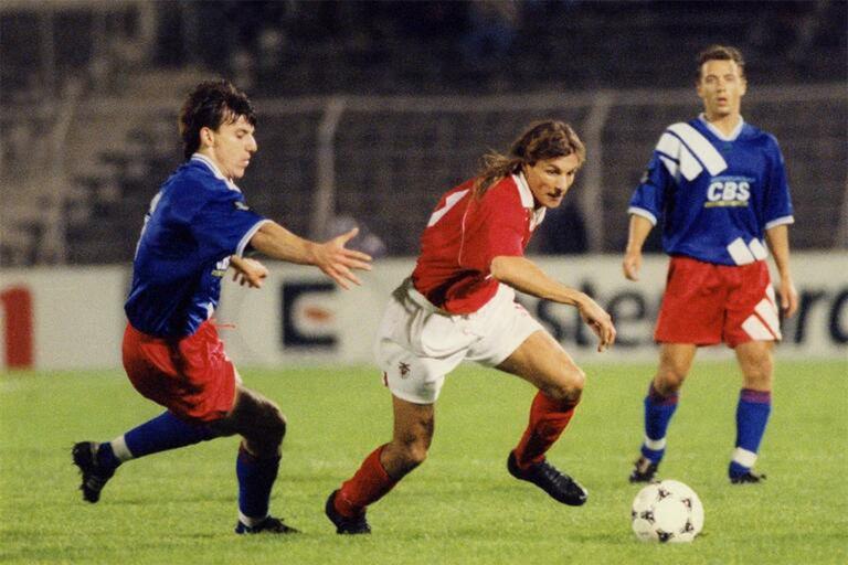 Caniggia usó la camiseta número 9 en la temporada en que jugó en Benfica, la 1994/1995.