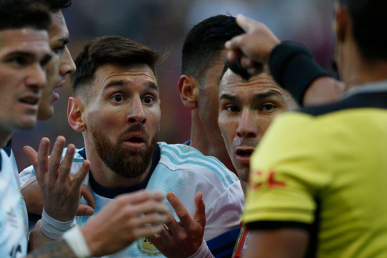 Messi, sorprendido en el momento de la expulsión
