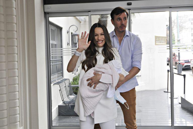 Las fotos de Pampita Ardohain abandonando la clínica junto a su hija Ana