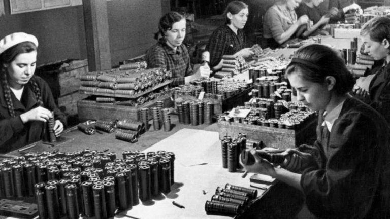 La defensa frente a la invasión alemana movilizó a toda la sociedad. En la imagen, unas mujeres trabajan en una fábrica de proyectiles para el ejército.