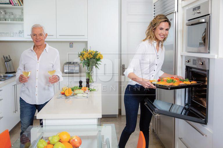 Una divertida imagen en la luminosa cocina.
