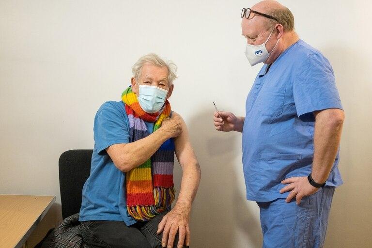 """Ian McKellen fue a vacunarse: """"Es un día muy especial, me siento eufórico. Cualquiera que haya vivido tanto como yo está vivo porque se ha aplicado vacunas"""""""