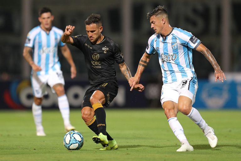 Fragapane tiene la pelota; fue un empate intenso entre Talleres de Córdoba y Atlético Tucumán