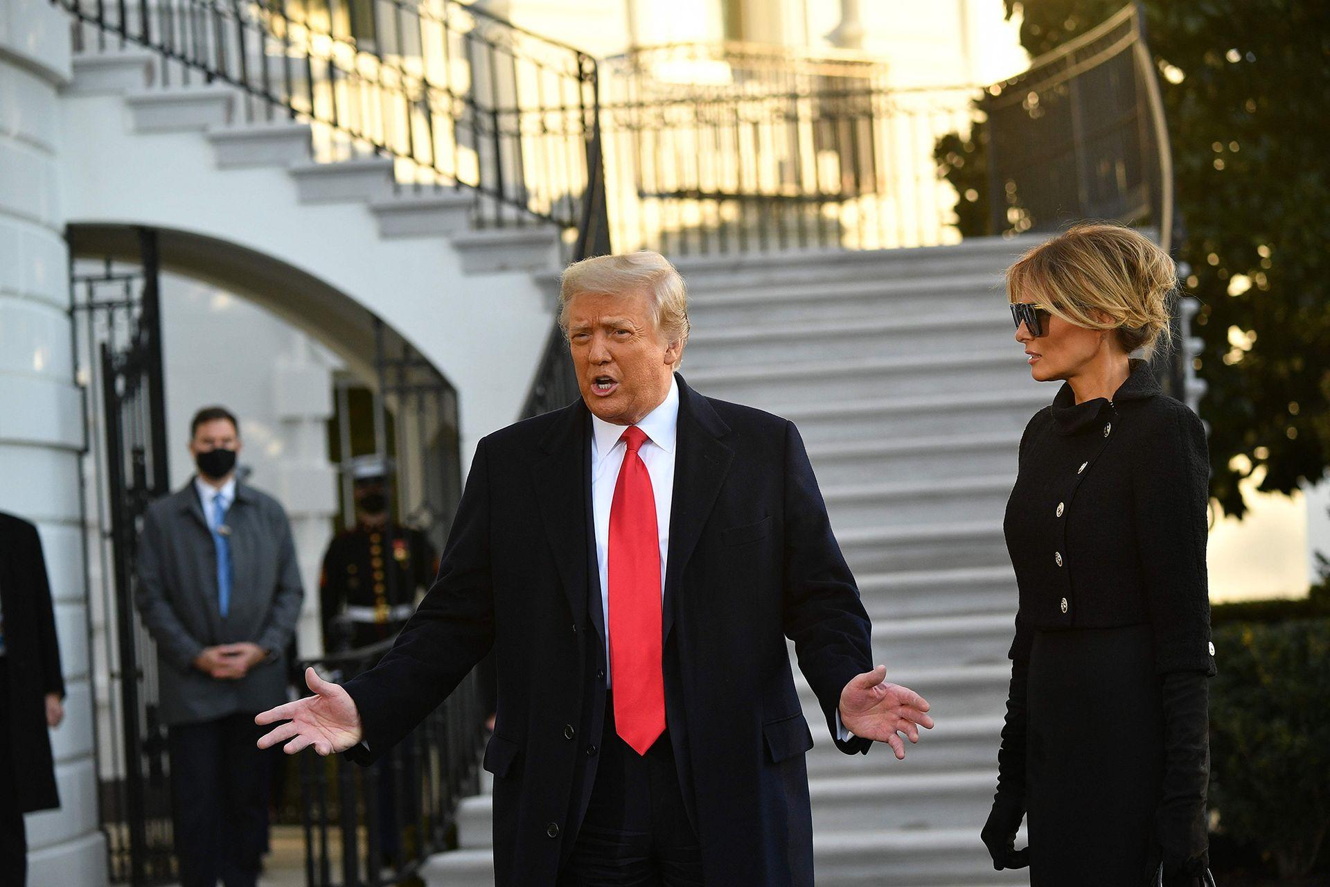 El presidente saliente de los Estados Unidos, Donald Trump, y la primera dama Melania Trump, hablan con los medios de comunicación en su último día en la Casa Blanca en Washington