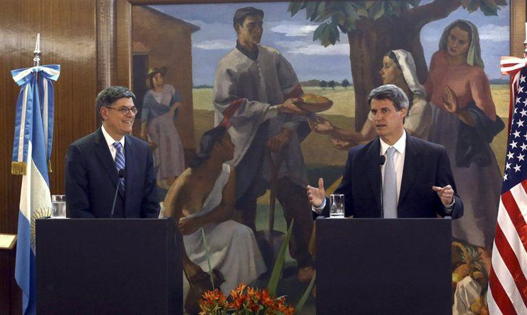 Jack Lew junto a Alfonso Prat-Gay, durante el anuncio en el quinto piso del Palacio de Hacienda