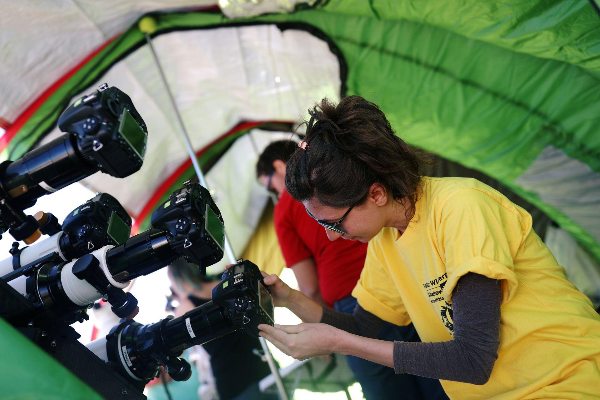 Tulin Bedel, miembro de los Sherpas de Viento Solar, prepara un equipo antes de un eclipse solar total, en el Observatorio Mamalluca, en el Valle del Elqui