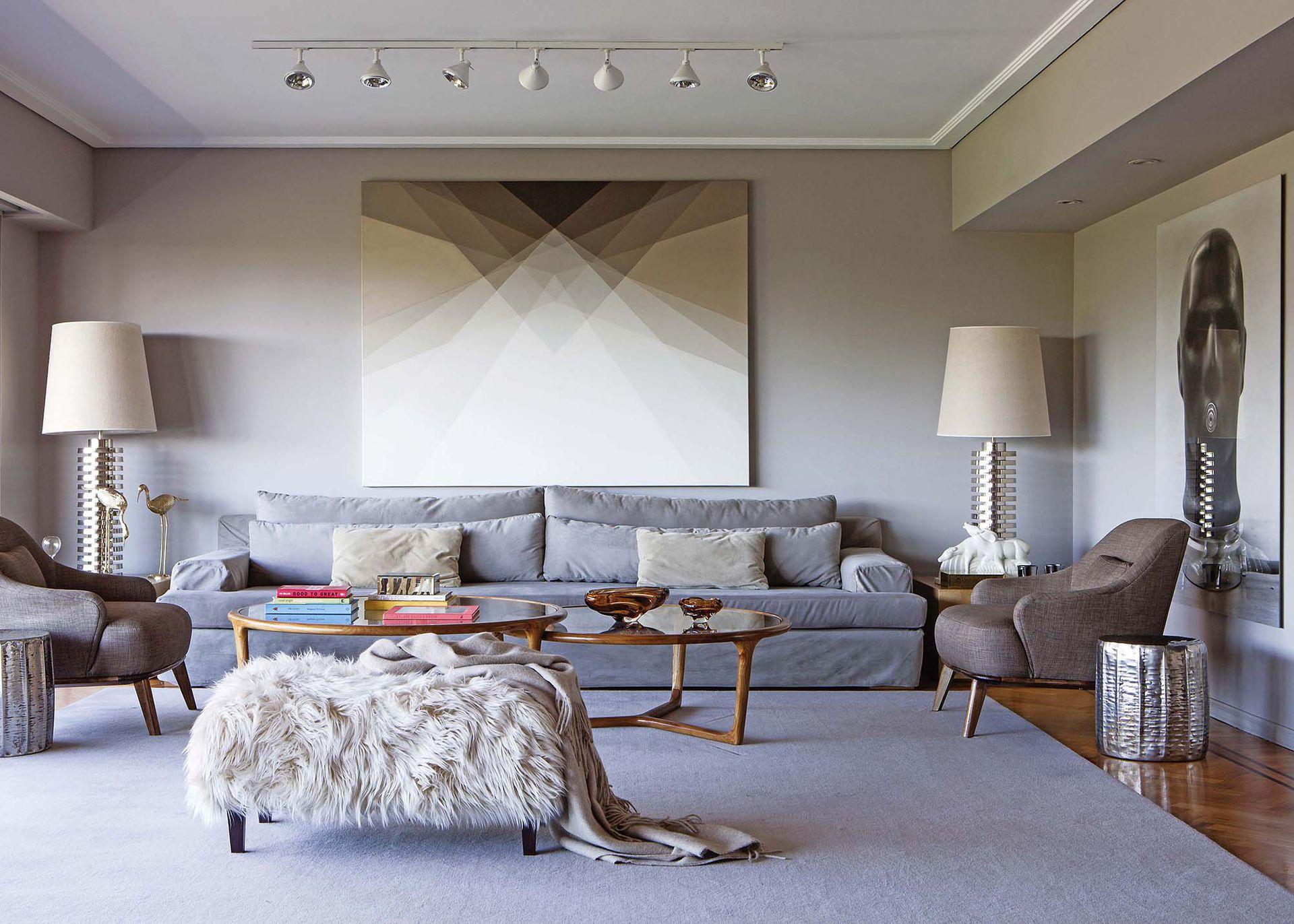 El gran sofá es creación de Rodrigo para Harturo Design,donde también se consiguen las mesas bajas. La obra de Andreas Magdanz, fotógrafo alemán, pertenece a una serie sobre los búnkers de la Segunda Guerra.
