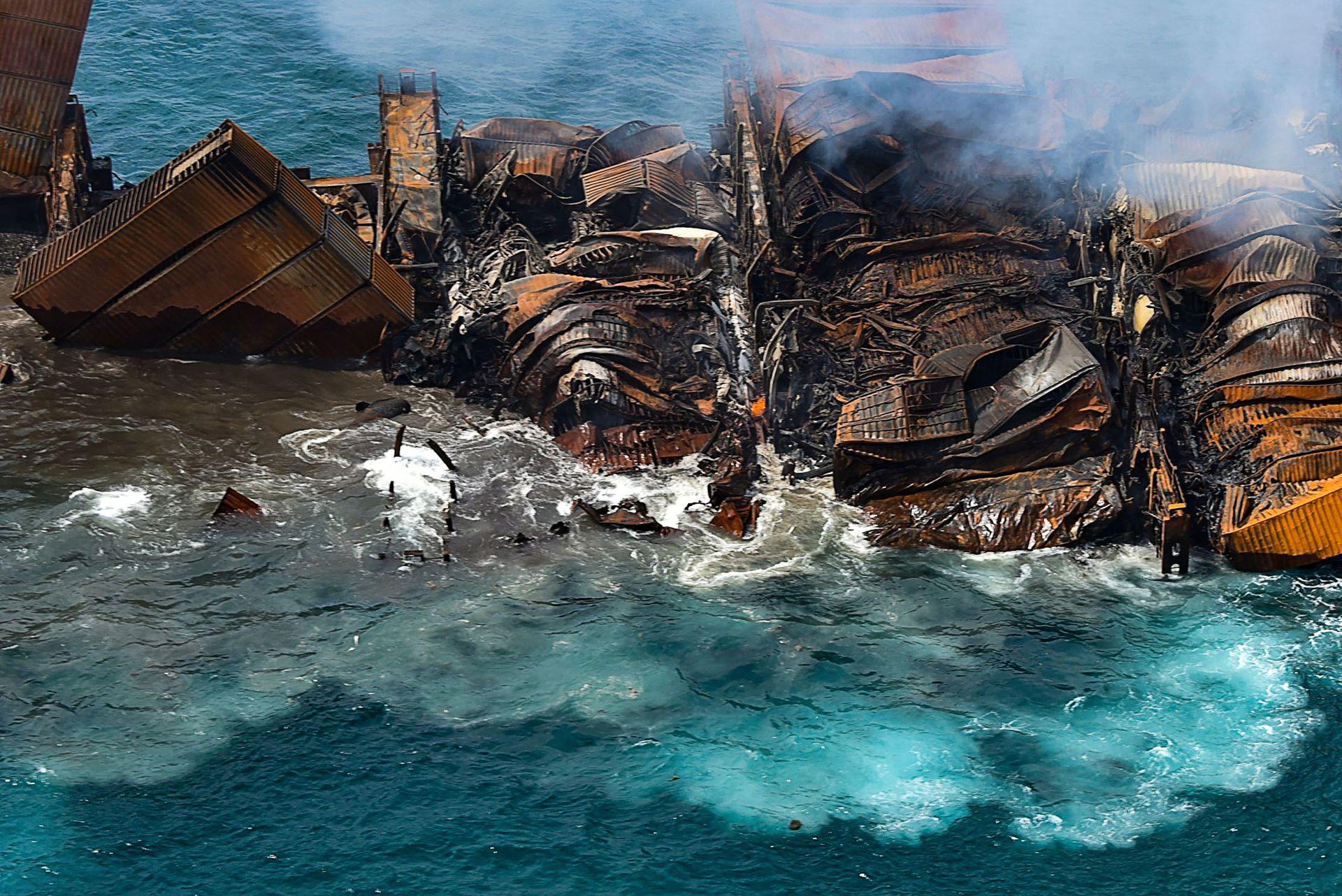 Humo en el buque MV X-Press Pearl que transporta cientos de contenedores de productos químicos y plásticos