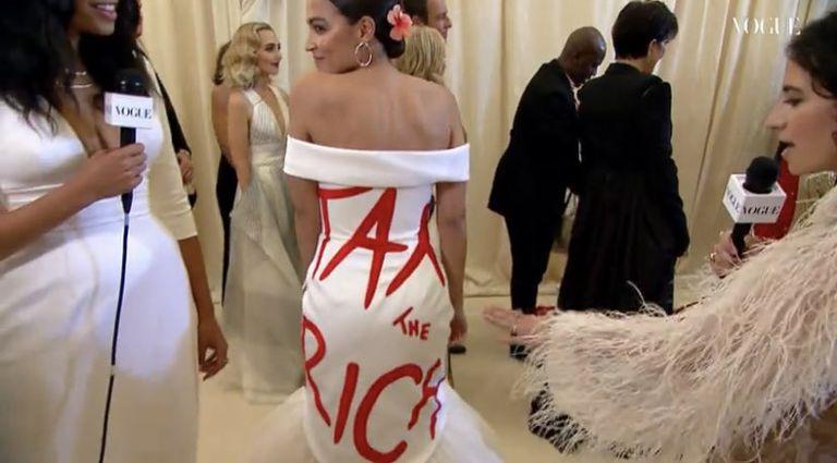 El vestido de la congresista demócrata Ocasio-Cortez que generó polémica en las redes sociales (Crédito: Vogue)