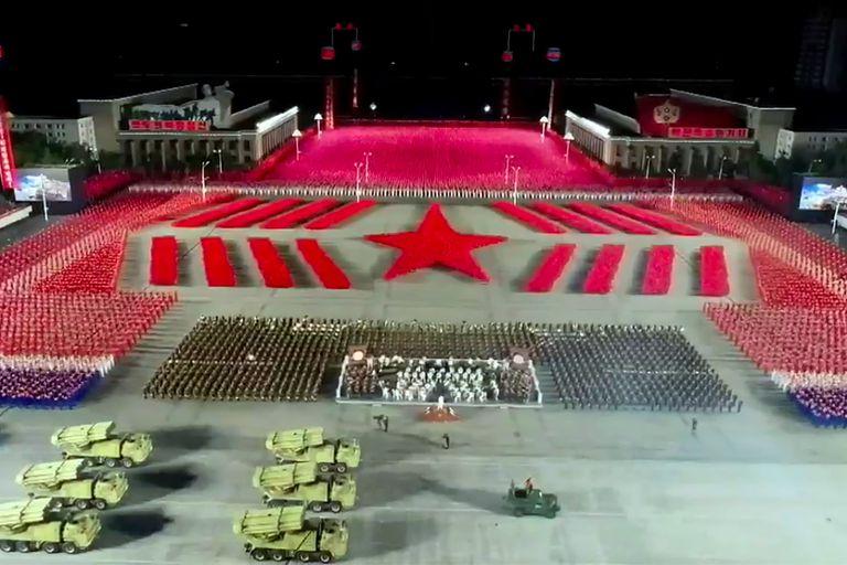 """Imponente desfile militar. Kim celebra que Corea del Norte """"está libre"""" de Covid"""