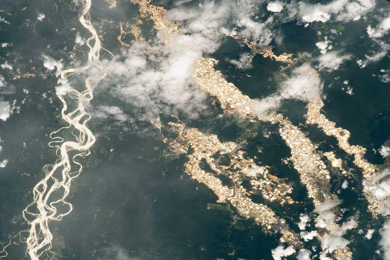 """La imagen de la NASA muestra los """"ríos de oro"""" de Perú."""